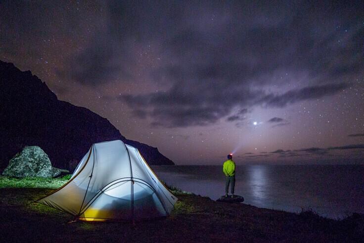 Палатка – это Ваш счастливый билет, причем достаточно дешевый, в дикие места во всей Европе. Вы можете насладиться красотами природы от шведских озер до греческих пляжей. К Вашим услугам прогулки, дикая девственная природа и звезды на небосклоне. Представляем Вам лучшие места для кемпинга в Европе.